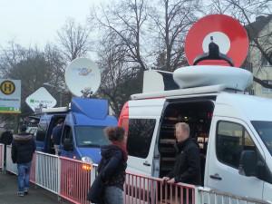 Dutzende Übertragungswagen blockierten die Bushaltestelle des Schulzentrums.