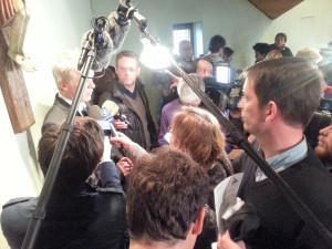 Full-House bei der Pressekonferenz im neuen Rathaus. Schulleiter Wessel wird von Journalisten an die Wand getrieben.