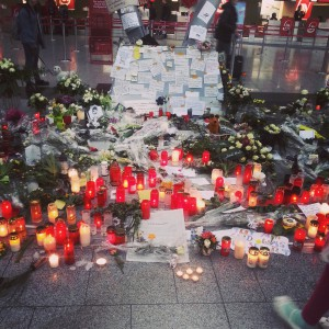 Gate B at Airport Düsseldorf: Candles for the dead
